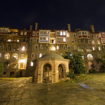 Vechea aripă a mănăstirii în timpul nopţii