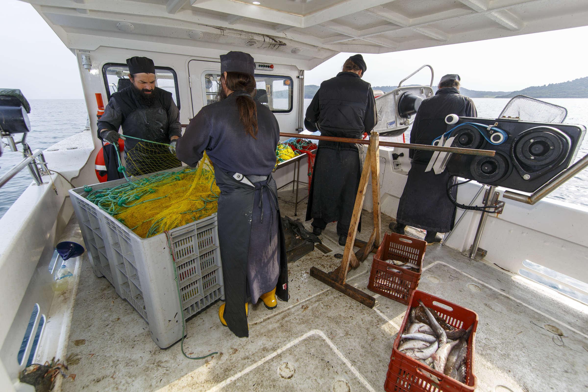 Cum vindecă sfinții pe ceilalți - Fotoreportaj de la pescuit